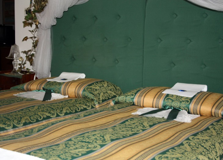 Green bedroom photo 5